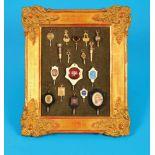 Bndle of 17 pocketwatchkeys in gold-plated frameSammlung mit 17 Taschenuhrschlüsseln, im vergoldeten