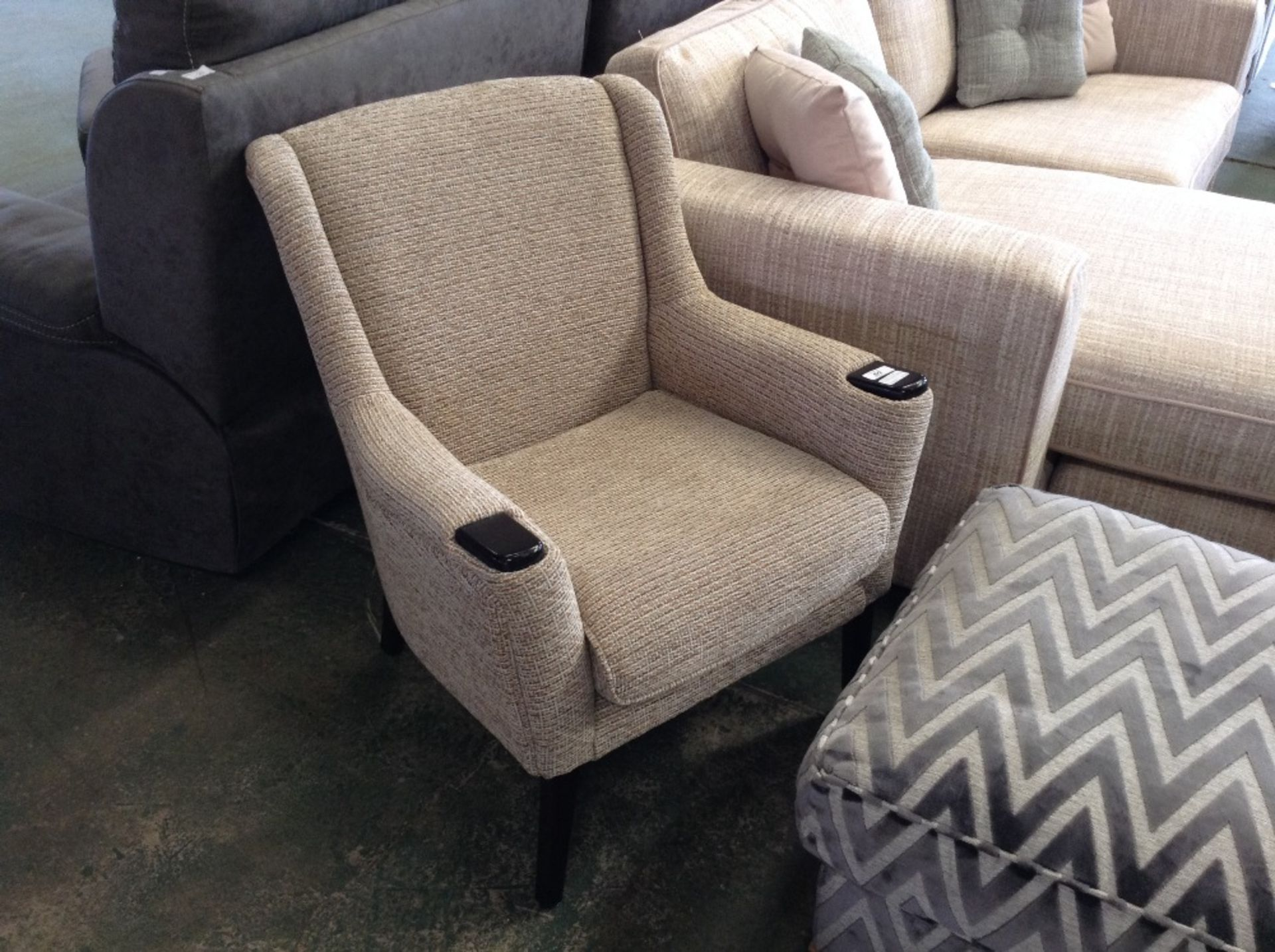 Lotto 60 - BISCUIT BED ROOM CHAIR (TROO1714-WOO481585)
