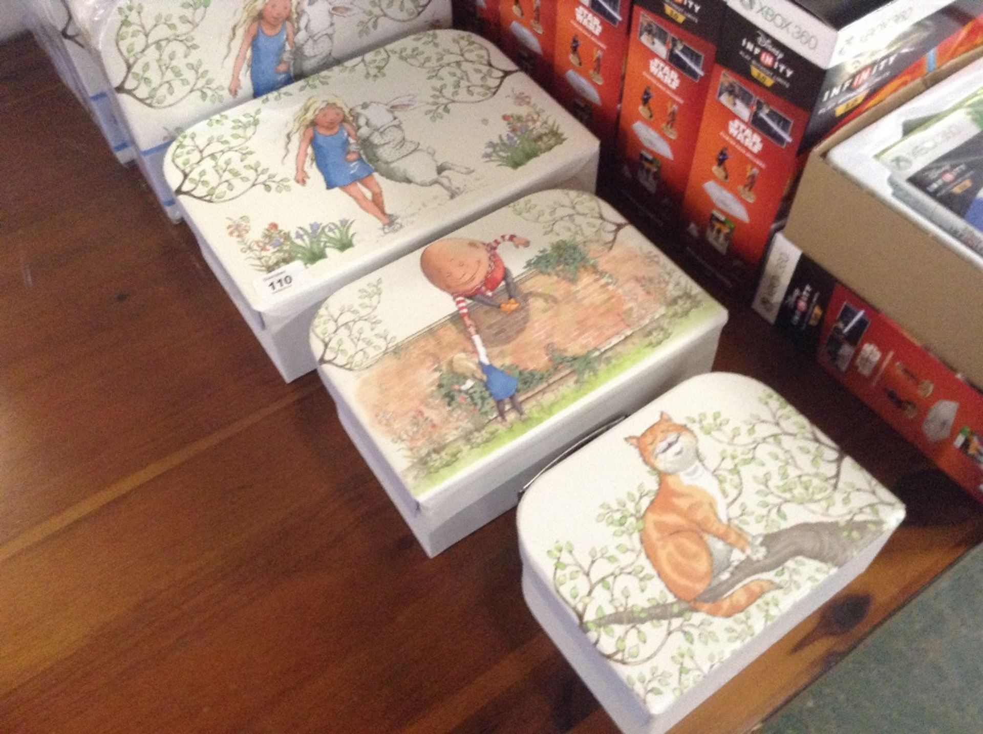 Lotto 106 - SET OF 3 ALICE IN WONDERLAND STORAGE BOXES