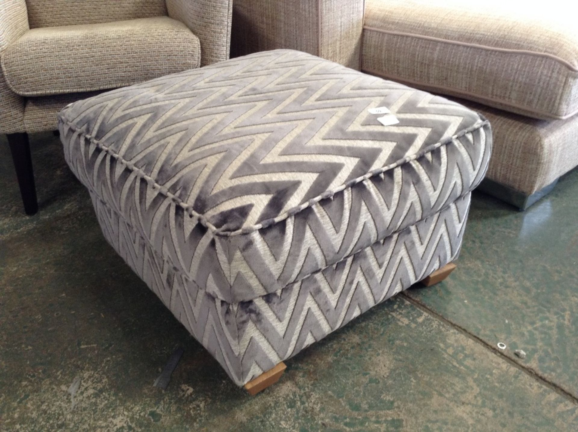 Lotto 59 - GREY AND SILVER PATTERNED FOOTSTOOL (WM58-16)
