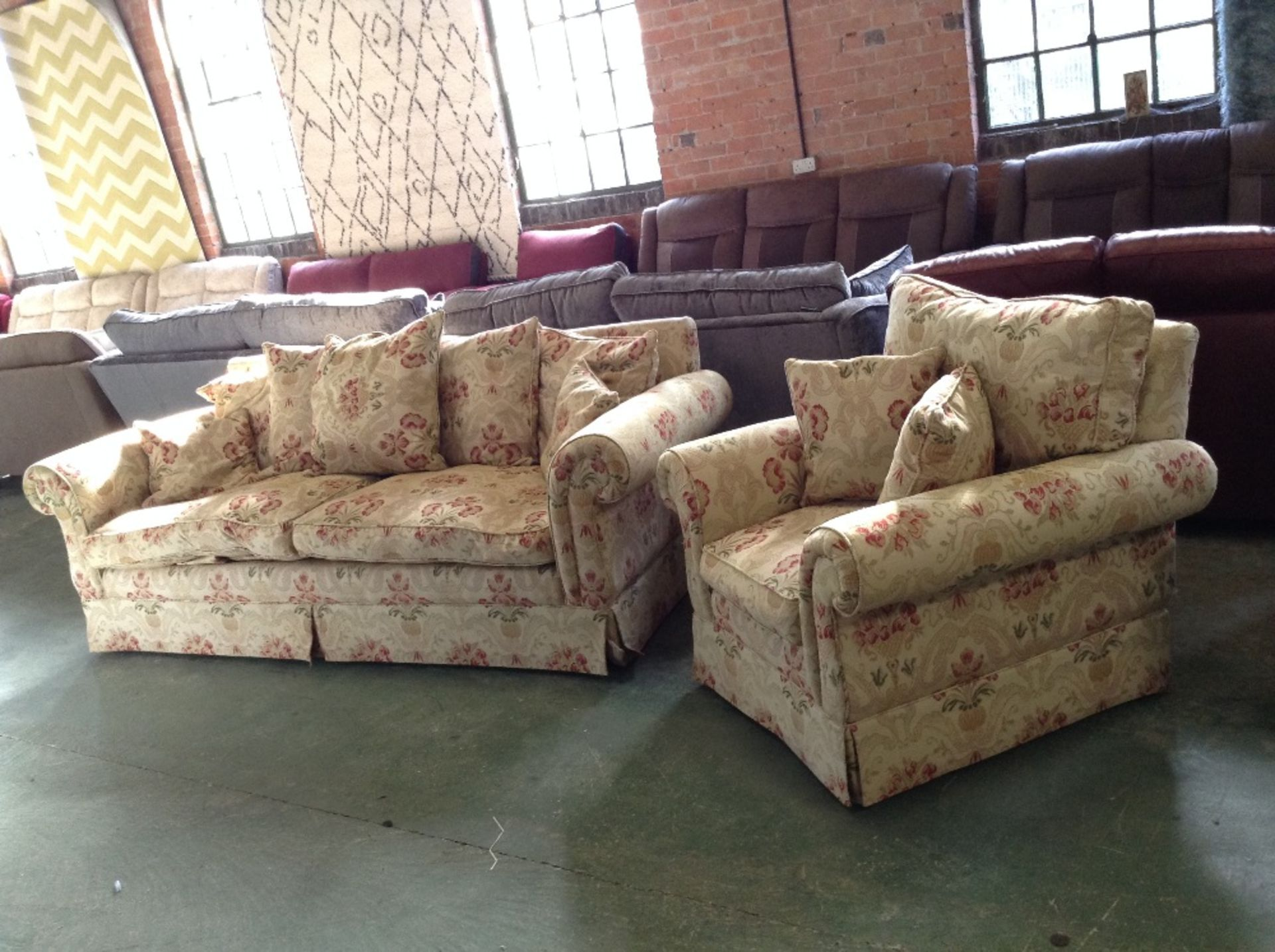 Lotto 31 - GOLDEN PATTERNED FLORAL PATTERNED LARGE 3 SEATER S