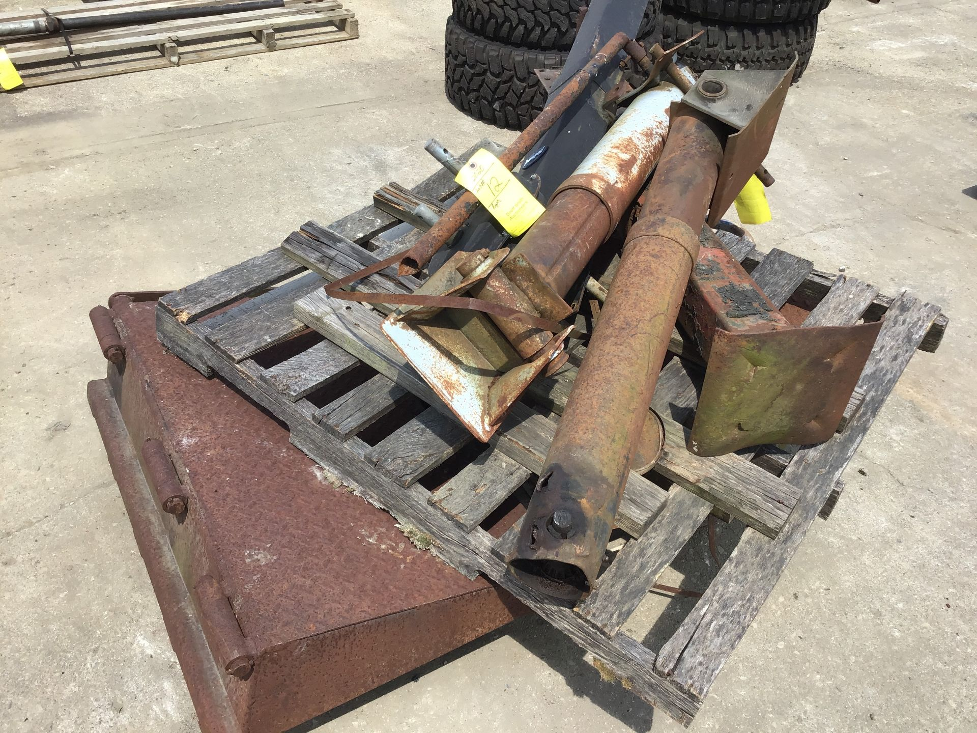 Lot 12 - PALLET: (4) TRAILER JACKS & TRAILER EXTENSION