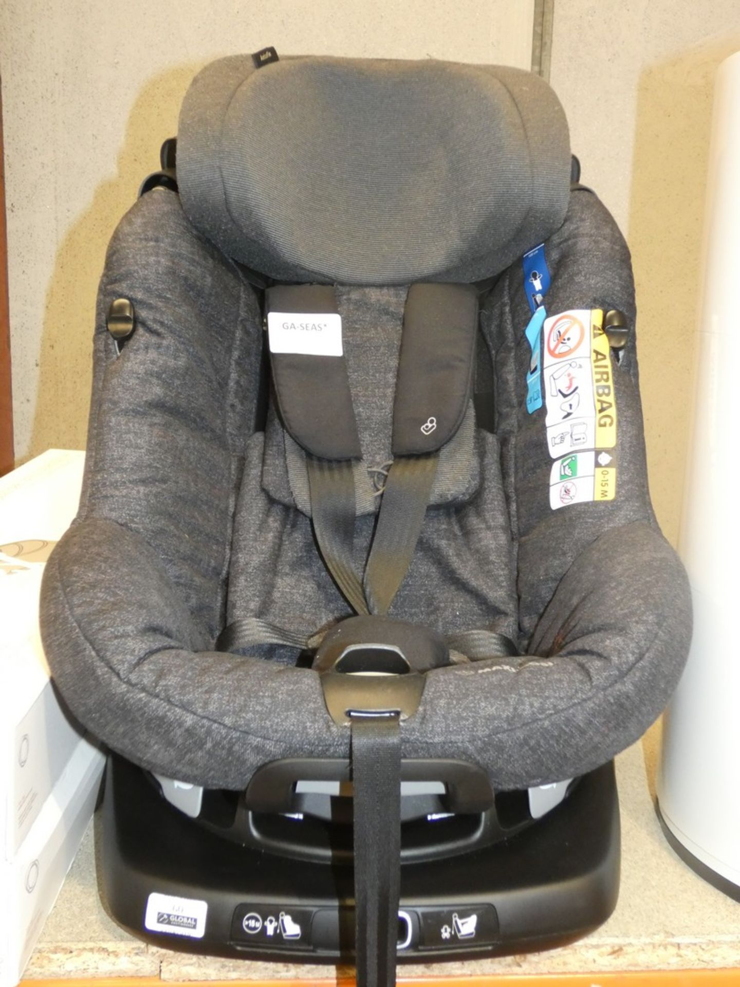 Lot 60 - Maxi Cosy 360 Swivel In Car Safety Seat with Isofix Base