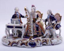 Große Figurengruppe, Unterweißbach, 20.Jh., 3 musizierende Personen des Rokoko, Porzellan, polychrom