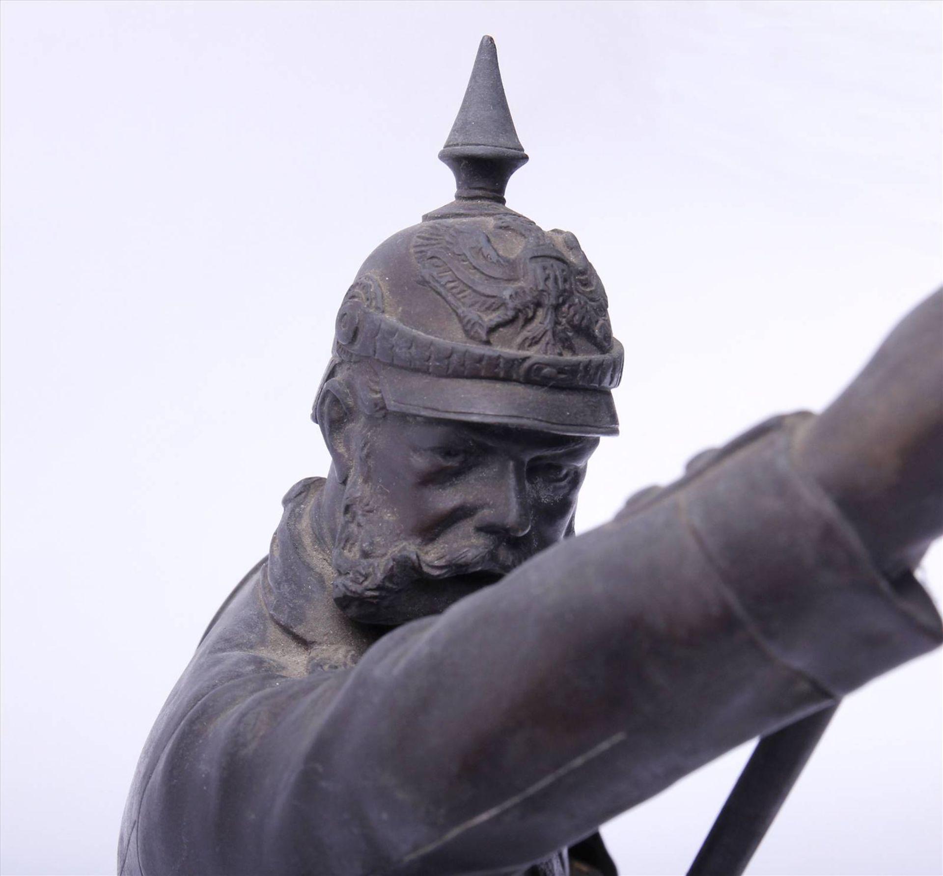 Figürlicher Grauguß, bronziert, Soldat des 1. Weltkriegs mit Pickelhaube, in der rechten Hand - Bild 2 aus 9