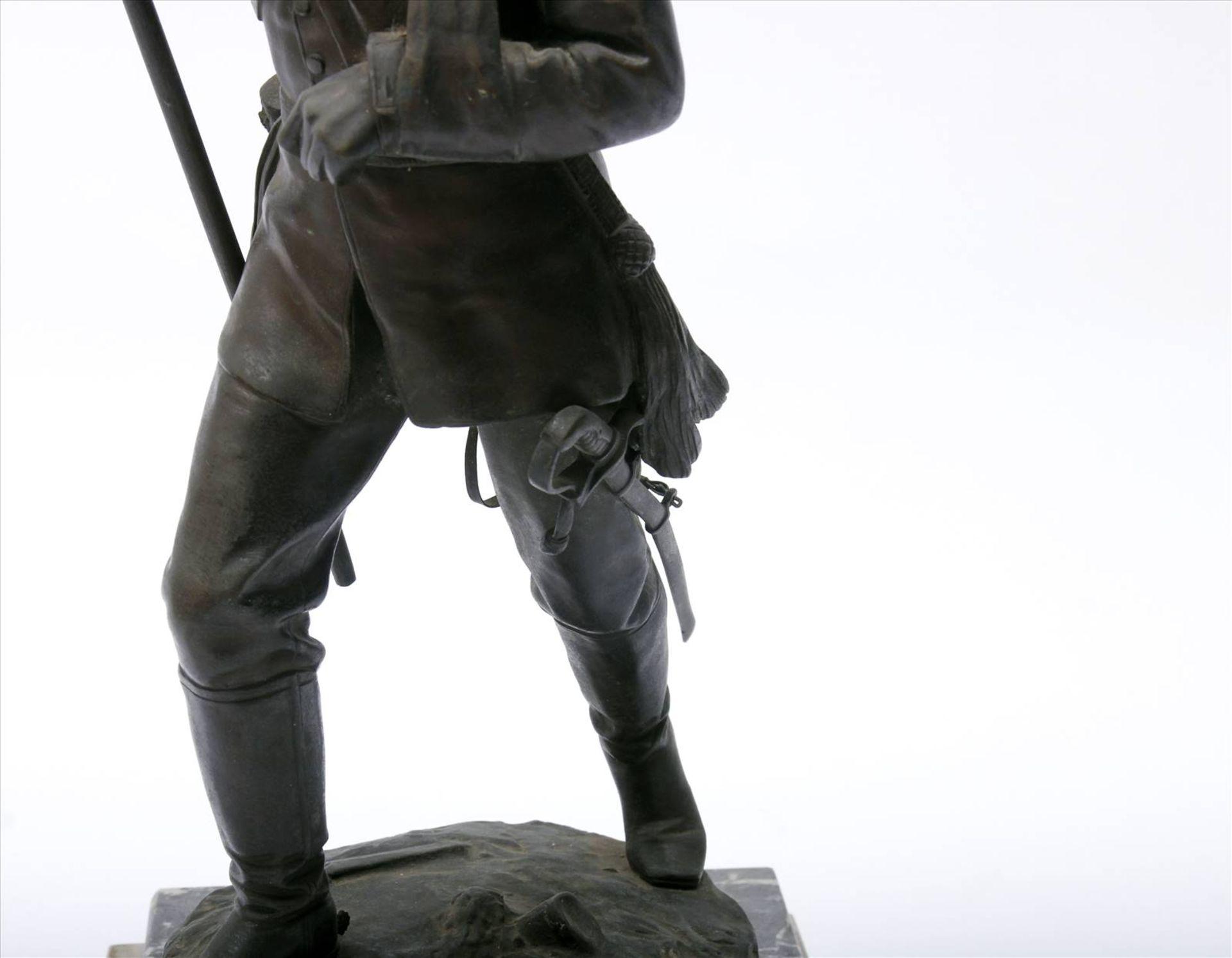 Figürlicher Grauguß, bronziert, Soldat des 1. Weltkriegs mit Pickelhaube, in der rechten Hand - Bild 9 aus 9