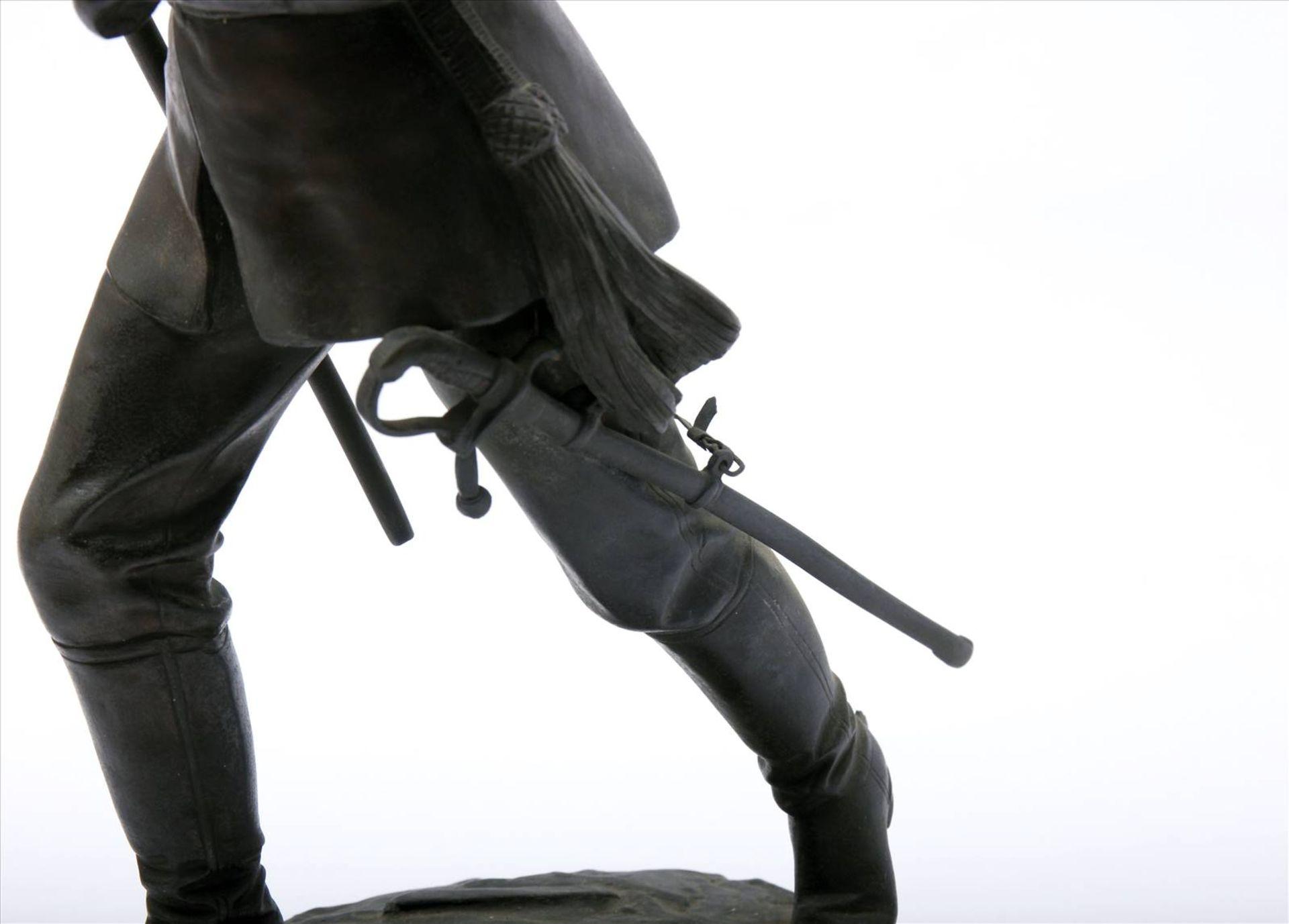 Figürlicher Grauguß, bronziert, Soldat des 1. Weltkriegs mit Pickelhaube, in der rechten Hand - Bild 7 aus 9