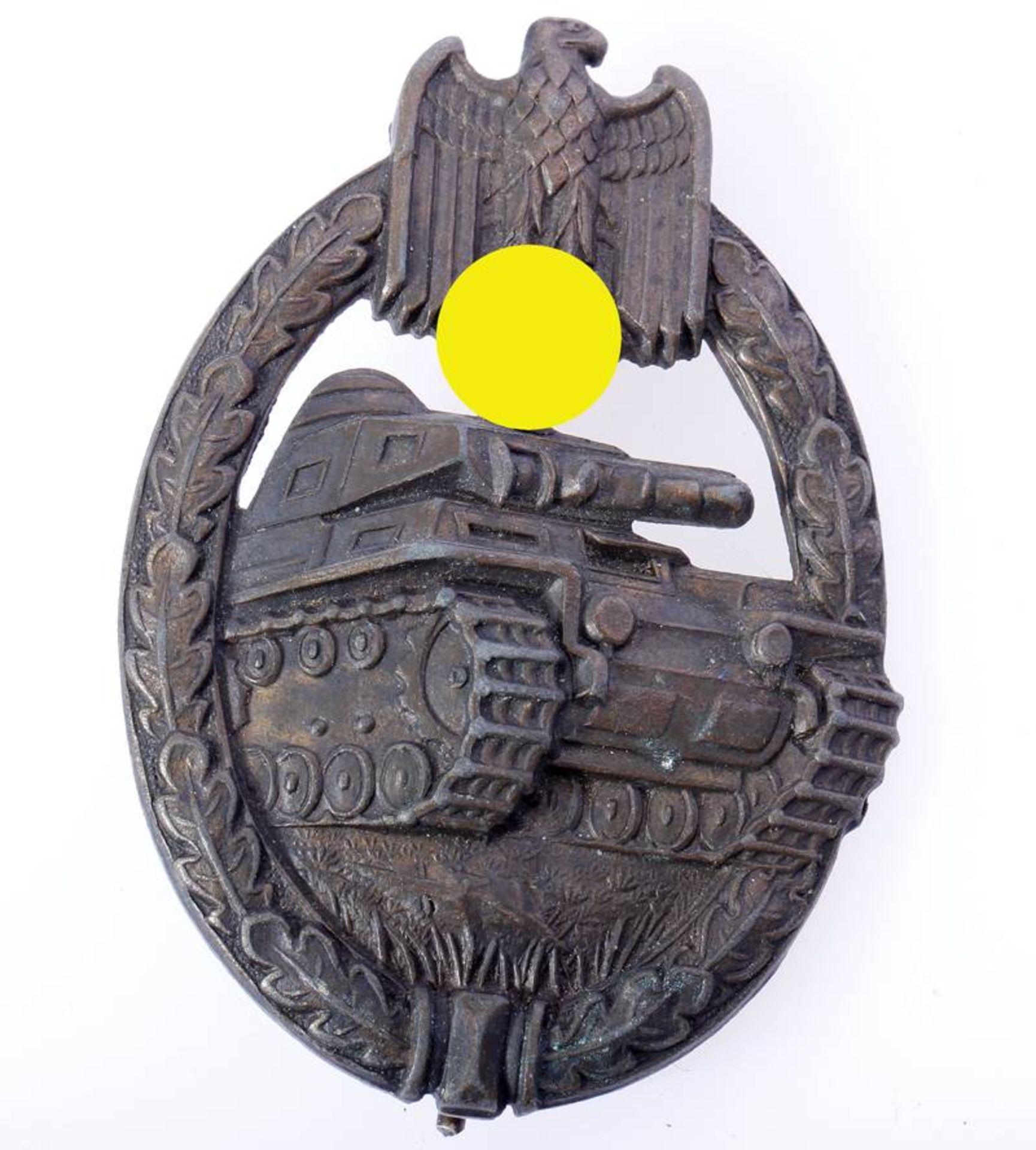 Panzerkampfabzeichen in BronzeAbzeichen hohl geprägt ohne Hersteller. Abzeichen getragen.
