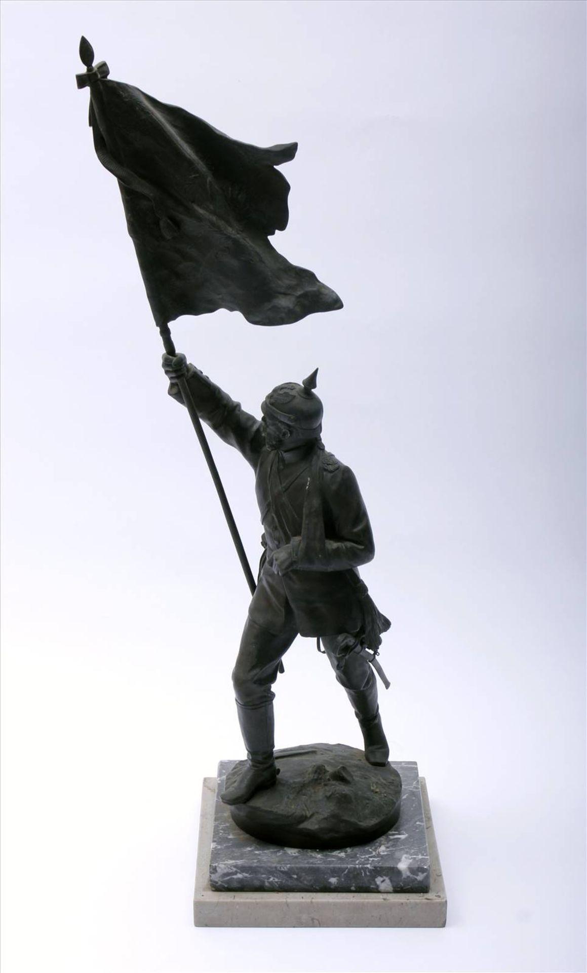 Figürlicher Grauguß, bronziert, Soldat des 1. Weltkriegs mit Pickelhaube, in der rechten Hand