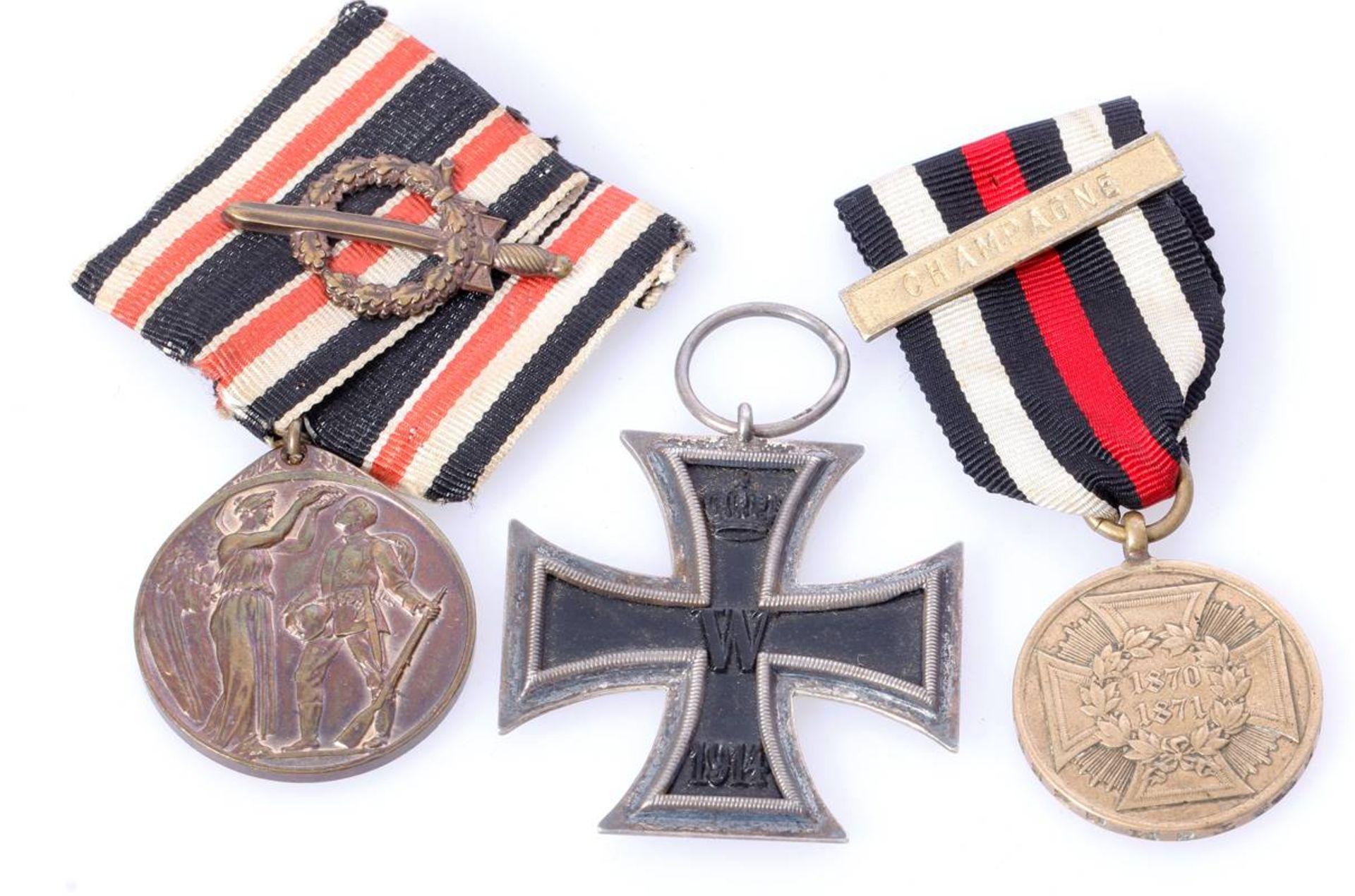 Posten 3 Abzeichen u.a. mit EK 2 1914Eisernes Kreuz 2. Klasse 1914 , Deutsche Ehrendenkmünze des - Bild 2 aus 3