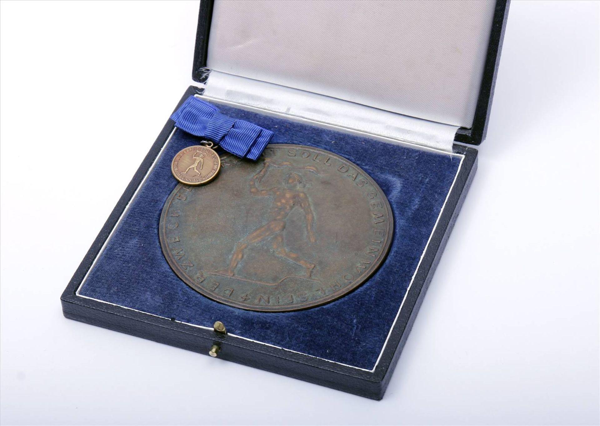 """Medaille """"Für Verdienste um die Technik""""Abzeichen mit Miniatur im Etui. Medaille Durchmesser 90 - Bild 2 aus 7"""