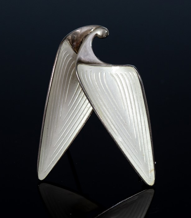 Lot 34 - Einar Modahl -  a Norwegian modernist silver brooch, of organic form, basse-taille enamelled in