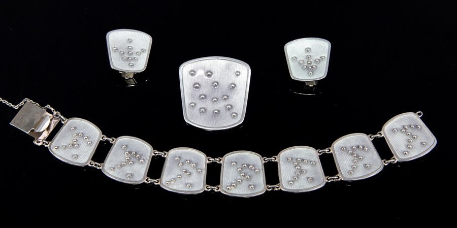 Lot 36 - Knut Andreas Rasmussen - a Norwegian modernist silver suite, comprising earrings, brooch and