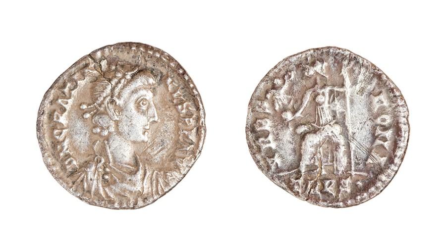 Lot 42 - A silver siliqua of Gratian (AD 367-383) dating c. AD 374-377. Obverse: DN GRATIA-NVS PF AVG,