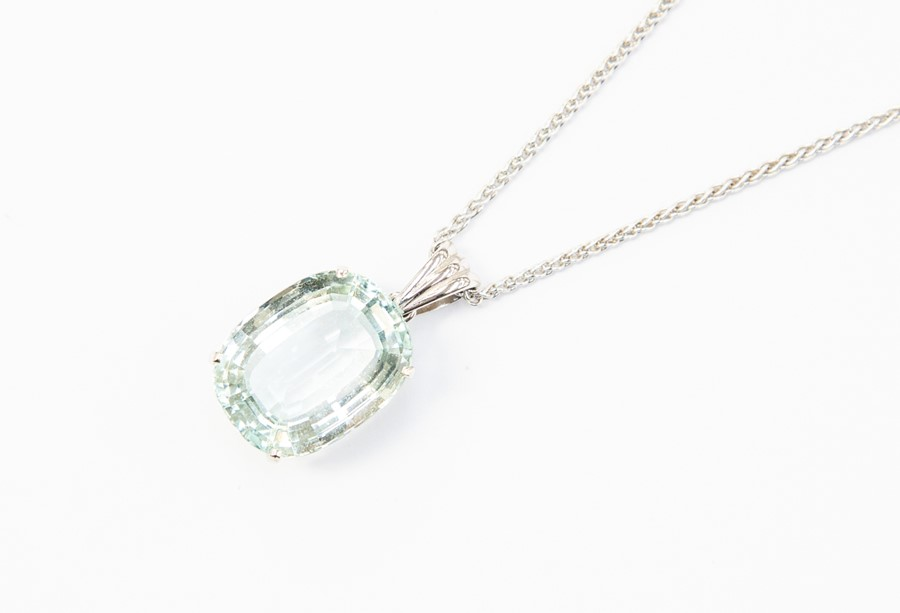 Lot 293 - An aquamarine pendant, comprising an oval cut aquamarine approx. 20 x 15mm, claw set in unmarked