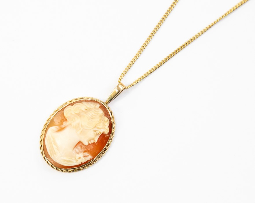 Lot 334 - A 9ct gold cameo pendant, rose edge surround with gold bail, size approx 20mm x 35mm, on a 9ct