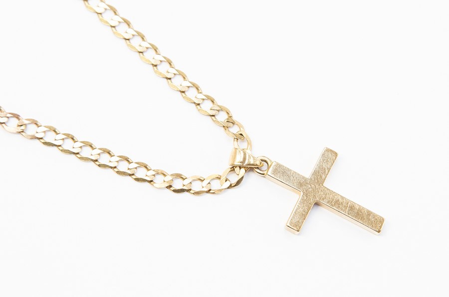 Lot 296 - A 9ct gold crucifix, size approx. 40mm x 20mm, inc bail, on a 9ct gold flat link curb chain,