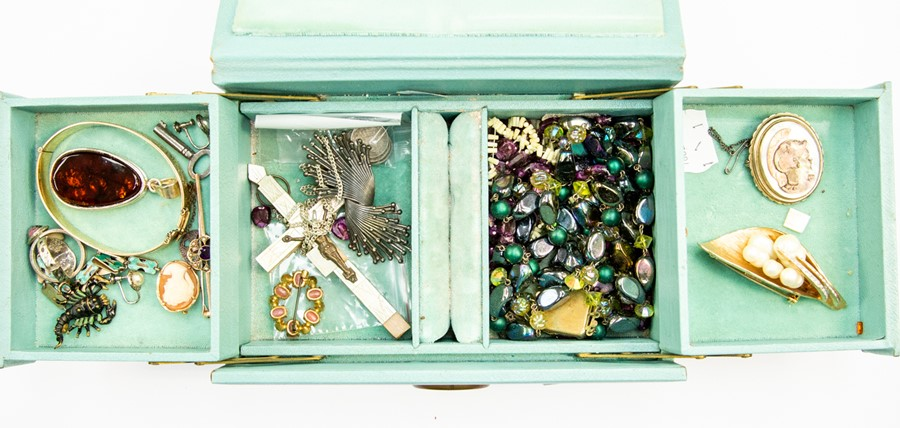 Lot 358 - A jewellery box containing a collection of jewellery to include an Edwardian 9ct gold, amethyst