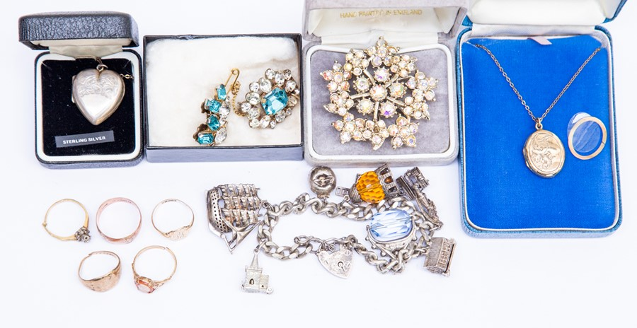 Lot 181 - A collection of jewellery to include a collection of five 9ct gold, comprising signet, cameo and