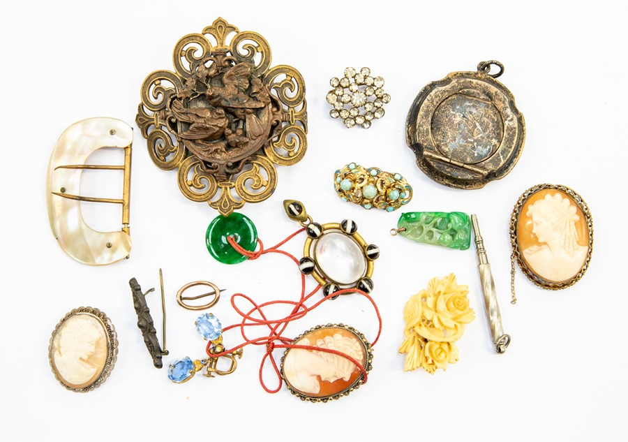 Lot 383 - A collection of costume jewellery to include gilt metal and banded agate rock crystal pendant, metal