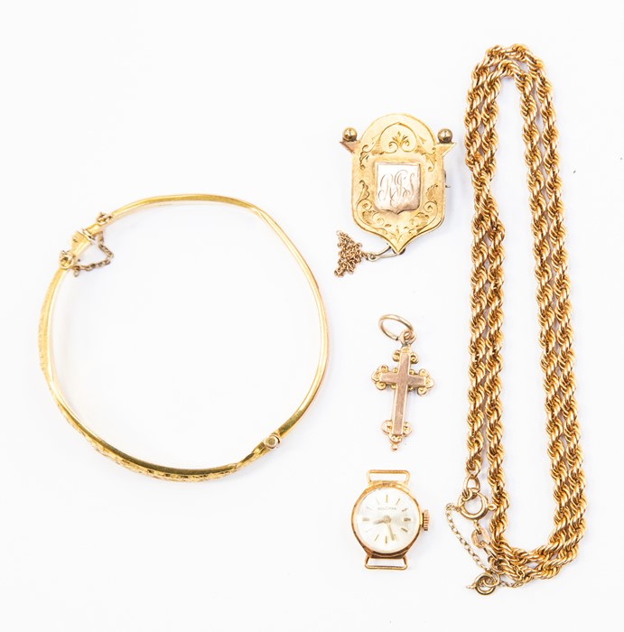 Lot 329 - A collection of gold jewellery to include a 9ct gold rope chain, bangle with foliate decoration a/