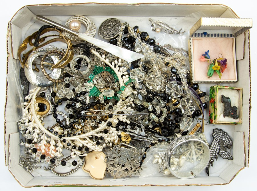 Lot 392 - A collection of costume jewellery to include 1930-50's-60's vintage paste set brooches and clips,