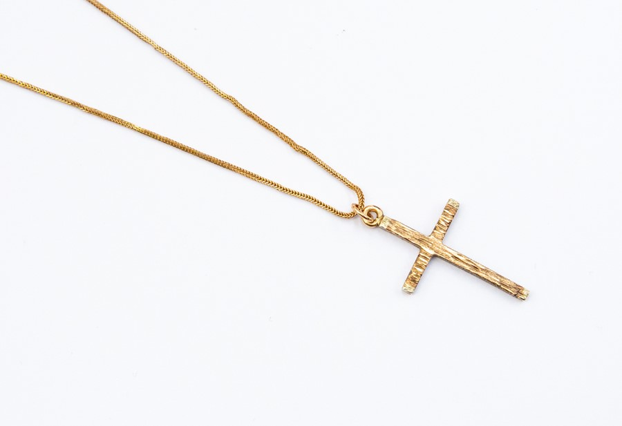 "Lot 266 - A 9ct gold cross and chain, chain length approx. 19"", weight approx 3.4 grams"