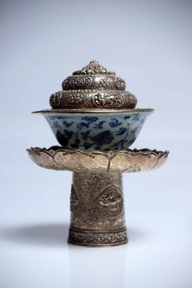 Lot 17 - Tea CupSilver Repousse & PorcelainChina18th / 16th ctH: 19 cmA classic blue and white porcelain
