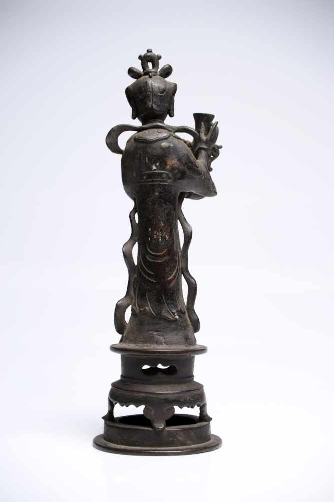 Lot 20 - Woman with VaseBronzeChina16th ctH: 29 cmA noble lady standing on a round platform in a long robe, a