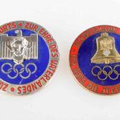 """Paar Olympia-Abzeichen 1936 farbig emailliert, 1 x """"Zum Ruhme des Sports - Zur Ehre des"""