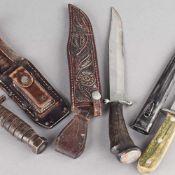 Konvolut Messer insg. 3 versch. Ausführungen: 1 x Messer mit kurzer breiter Klinge, Säge auf dem