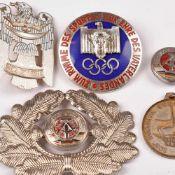 """Konvolut Abzeichen und Uniformzubehör insg. 5 Teile: 1 x Abzeichen zur Olympiade 1936 """"Zum Ruhme des"""