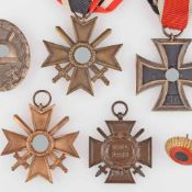 Konvolut Auszeichnungen und Uniformzubehör III. Reich insg. 6 Teile, 1 x Verwundetenabzeichen für