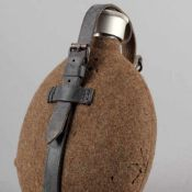 Feldflasche III. Reich Aluminiumkorpus mit Filzbezug, Lederriemen, Tragespange, Alters- und