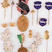 "Konvolut Medaillen, Nadeln und Uniformzubehör insg. ca. 14 Stück, dabei u.a.: 1 x Medaille av. """