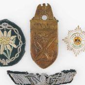 Uniformzubehör III. Reich insg. 4 Teile, 1 x Ärmelschild Narvik 1940, ca. 9 x 4 cm, 1 x Uniformadler