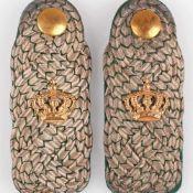 Paar Schulterstücken Kaiserzeit Offizier, breite Ausführung: grün-silber geflochtenes Band,