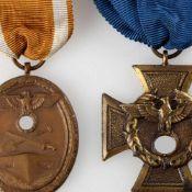 Paar Auszeichnungen III. Reich 1 x Deutsches Schutzwall-Ehrenzeichen am braun-weißen Band sowie 1