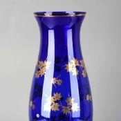 """Parteigeschenk DDR Vase, dunkelblaues Glas mit Goldstaffage, tschechische Marke """"BOROCRYSTAL"""", H ca."""