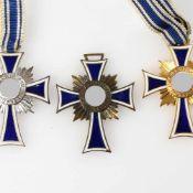 """Ehrenzeichen III. Reich insg. 3 verschiedene Ausführungen """"Der Deutschen Mutter"""", Stufen Bronze,"""