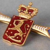 Brosche vergoldet, Emailarbeit, mittig bekröntes Wappen von Finnland, seitlich auslaufend mit