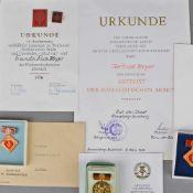 """Konvolut Auszeichnungen DDR insg. 5 versch. Auszeichnungen, dabei u.a.: 1 x Abzeichen und Urkunde """""""