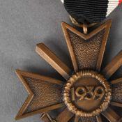 Auszeichnung III. Reich Kriegsverdienstkreuz 1939 mit Schwertern, am rot-weiß-schwarzen Band,