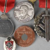 Abzeichen III. Reich insg. 6 versch. Ausführungen: 1 x Winterschlacht im Osten 1941/42, am rot-