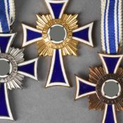 """Auszeichnung III. Reich insg. 3 verschiedene Ausgaben des Ehrenkreuzes """"Der deutschen Mutter"""","""
