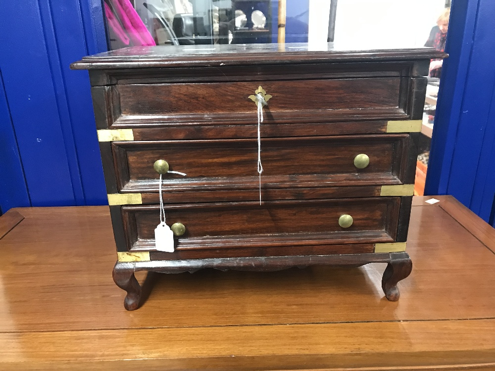 Lot 4 - 20th cent. Mahogany jewellery box in the form of a chest of drawers. Boulework decorated lid which
