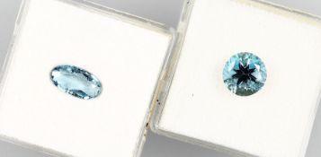 Konvolut 2 Aquamarine: 1 x oval facett., Santa-Maria-Farbe, ca. 0.95 ct; 1 x rund facett., Santa-