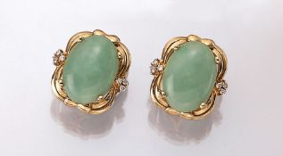Paar 14 kt Gold Ohrstecker mit Jade und Brillanten, GG 585/000, ovale Jadecabochonszus. ca. 17.0 ct,