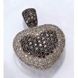 18 kt Gold Herzanhänger mit Diamanten, WG 750/000, 95 Diamanten zus. ca. 1.10 ct get.Weiß/p, 68