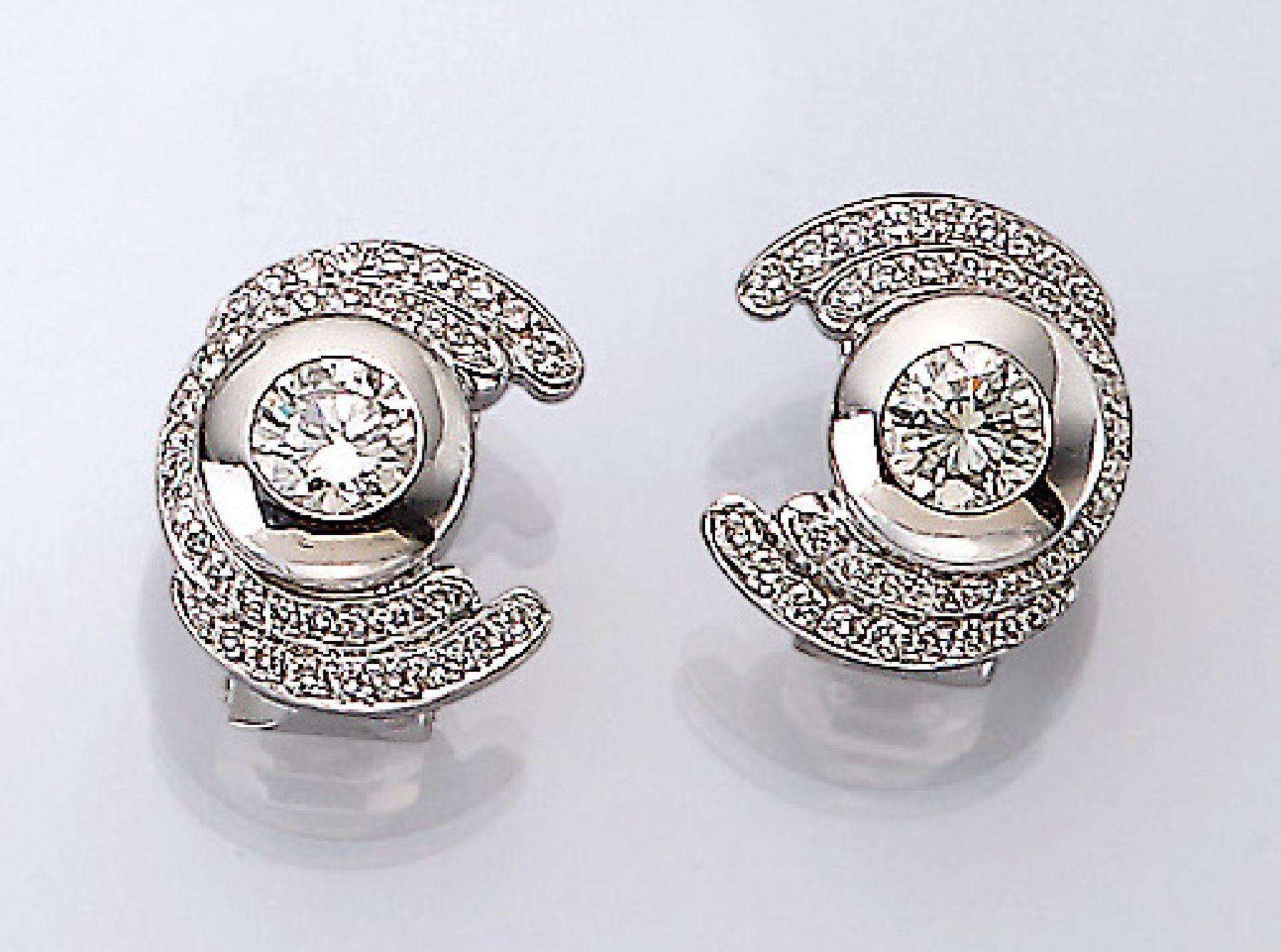 Paar 18 kt Gold Ohrstecker mit Diamanten, WG 750/000, mittige Diamanten zus. ca. 1.10 ctl.get.Weiß/